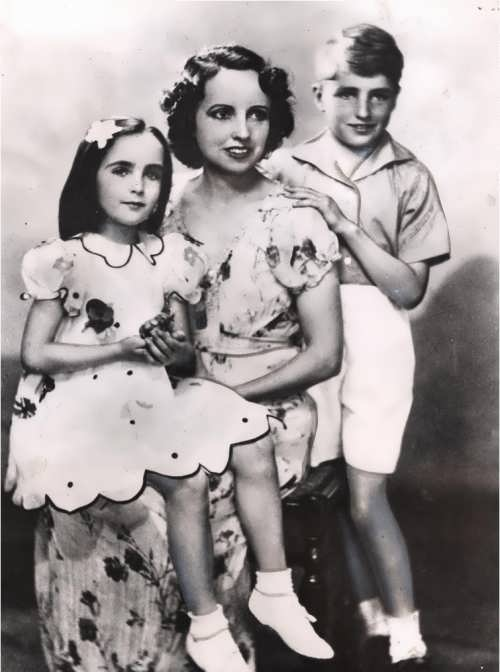 Elizabeth with her mother and brother