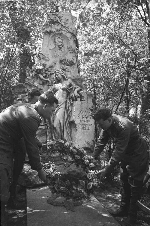 Soviet officers lay flowers to the grave of Austrian composer Johann Strauss. Author Yevgeny Khaldei