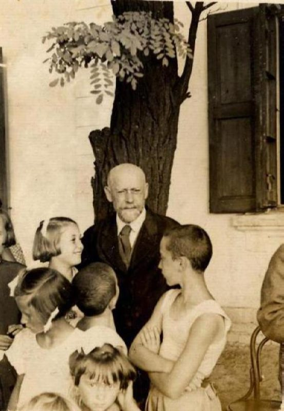 Janusz Korczak with children