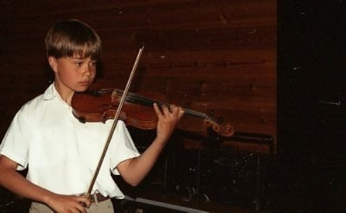 Little Alexander is playing the violin