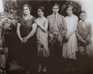 Frida in a man's suit (center) with her sisters Adriana and Christina, and cousins Carmen and Carlos, 1926