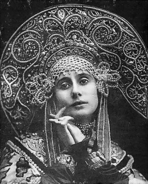 Pavlova in Russian costume