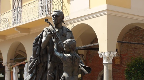Monument to Antonio Stradivari