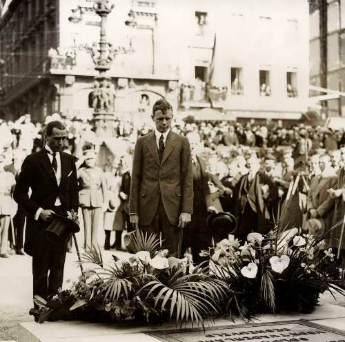 Lindberg at the grave of an unknown soldier during his visit to Brussels. 1927
