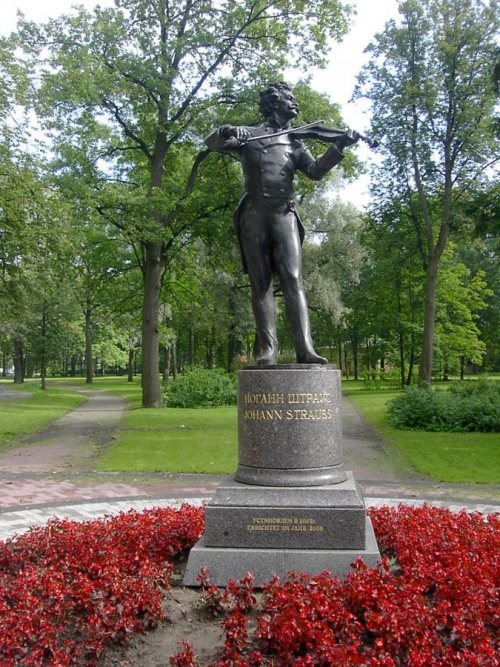 Monument to Strauss in Pavlovsk