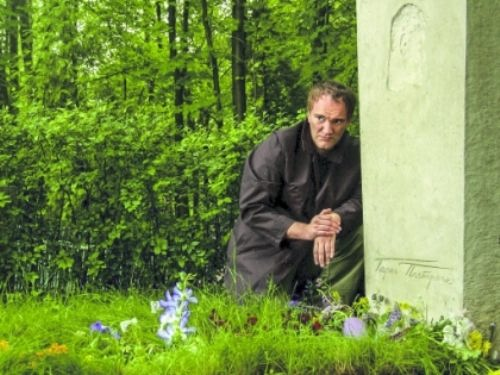 Quentin tarantino at the grave of Pasternak