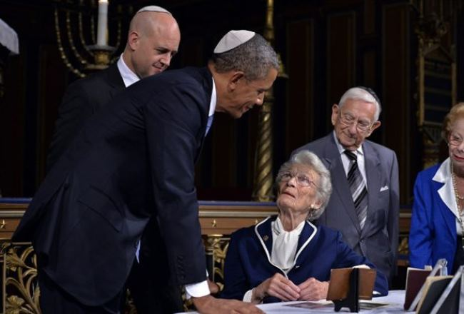 Barack Obama at a meeting with Raoul Wallenberg's half-sister Nina Lagergren (sitting) in the Stockholm synagogue