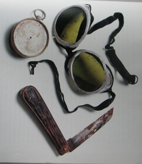 The items of the 1924 expedition found in Everest in 1999 belonged to Mallory and Irwin