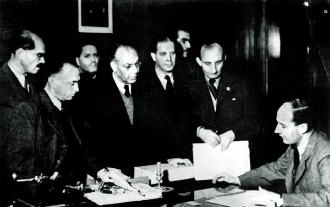 Wallenberg (right) surrounded by colleagues. Budapest, 1944. Photo from the archive of Karl Gabor